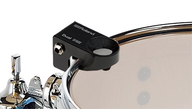 アコースティック・ドラムサウンドと電子ドラムサウンドを組み合わせて演奏