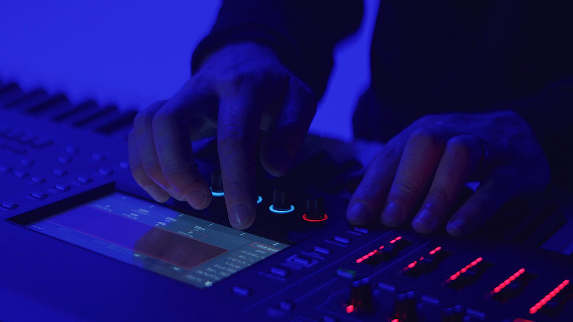 Roland - FANTOM Series   Synthesizer
